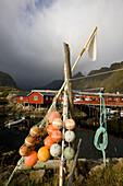 Rorbu Hütten und Bojen in einem Fischerdorf, Lofoten, Norwegen, Skandinavien, Europa