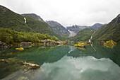 Grüner See Bondhusvatnet mit Blick auf den Gletscher Bondhusbrea, Sunndal, Folgefonn Halbinsel, Kvinnherad, Hordaland, Norwegen, Skandinavien, Europa