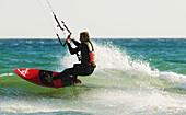 Aussen, Brandung, Draussen, Fit, Fly-surfing, Gesund, In form, In guter Form, Kite-boarding, Kite-surf, Kiteboarding, Kitesurf, Kitesurfing, Mann, Meer, Mensch, See, Sommer, Sport, Surf, Surfen, Übung, Wasser, Wind, Windig, A75-901916, agefotostock