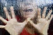 Ausdruckskraft, Ausdrucksvoll, Ausgeflippt, Bedrängnis, Durchsichtig, Eine Person, Eingeschlossen, Eins, Erwachsene, Erwachsener, Falle, Fallen, Farbe, Frau, Frauen, Gestik, Glas, Hand, Hände, Horizontal, lichtdurchlässig, Mensch, Menschen, Nahaufnahme, N