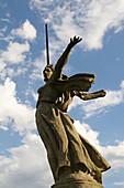 Aussen, Draussen, Europa, Farbe, Flachwinkelansicht, Froschperspektive, Länder, Mamáyev Kurgán, Patriotismus, Plätze der Welt, Reisen, Rußland, Russland, Skulptur, Skulpturen, Stalingrad, Statue, Statuen, Symbolisch, Tageszeit, Vertikal, Volgograd, Weltkr
