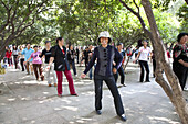 Dancing group, people dancing at Green Lake Park, Kunming, Yunnan, People's Republic of China, Asia