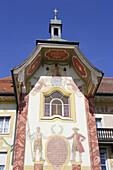 Lüftlmalerei an der Fassade des Marienstifts, Bad Tölz, Oberbayern, Bayern, Deutschland