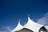 Aussen, Blau, Blauer Himmel, Draussen, Farbe, Flachwinkelansicht, Froschperspektive, Himmel, Konzept, Konzepte, Markise, Markisen, Tageszeit, Weiß, Zelt, Zelte, Zirkus, Zirkusse, G96-874810, agefotostock