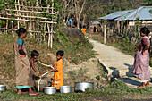 Indische Frauen holen morgens Wasser vom Brunnen, Bharatang, Middle Andaman, Andamanen, Indien