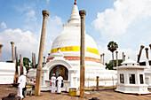 Weiss gekleidete buddhistische Pilger im Tuparama, Sri Lankas älteste Stupa, Maha Vihara, Sacred City, Anuradhapura, Sri Lanka, Asien