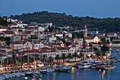 Panormamblick auf Hvar in der Daemmerung, Kroatien