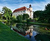 Schloss Vetschau und Spiegelung, Spreewald, Land Brandenburg, Deutschland