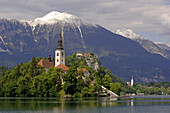 Saint Marys Church on a small island in the Bleder Lake, the Veldeser  Lake, Blejske Jezero, Bled, Veldes, Julian Alps, Slovenia, Europe