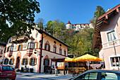 Malerischer Ort Neubeuern mit Schloss, Chiemgau, Oberbayern, Deutschland, Europa