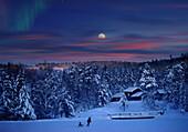 Menschen in verschneiter Landschaft bei Mondaufgang, Maihaugen, Lillehammer, Norwegen, Skandinavien, Europa