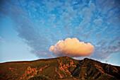 Wolke über den Bergen, Malfa, Salina, Liparische Inseln, Sizilien, Italien