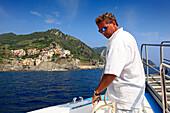 Boatswain with rope, landing at Manarola, boat trip along the coastline, Cinque Terre, Liguria, Italian Riviera, Italy, Europe