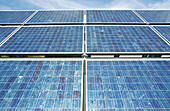Alternative Energie, Alternative Energiequellen, Aussen, Blau, Draussen, Erneuerbare Energien, Farbe, Flachwinkelansicht, Froschperspektive, Oberfläche, Oberflächen, Ökologie, Solarkraft, Sonnenkollektor, Sonnenkollektoren, Sonnig, Tageszeit, Umwelt, L88-