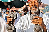 Maroc, Marrakech, place Jemaa El Fna, les musiciens Gnaoua