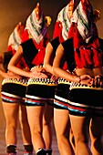 Ausstellung, charakteristisch, China, Erwachsene, Erwachsener, Ethnisch, Farbe, Folklore, Frau, Frauen, Ganzkörper, Ganzkörperaufnahme, Kultur, Kunst, Mensch, Menschen, Musik, Schauspielerin, Show, Singer, Tanzen, Tänzer, Tradition, Traditionell, Traditio