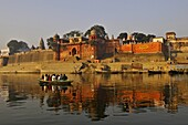 Inde, Uttar pradesh, Varanasi, Benares, palais devant les ghats au bord du Gange // India, Uttar pradesh, Varanasi, Benares, palaces on the ghats in front of Ganga river