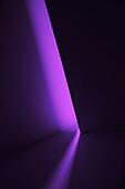 Ein schmaler Saum von Licht auf der Wand mit dunklem Hintergrund