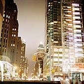 Beleuchtete Häuser in der Nacht, Manhattan, New York City, New York, USA
