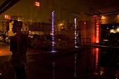 Mann vor Nachtklub, Galapagos Art Space in Williamsburg, New York City, USA