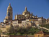 Vista de la catedral de estilo gótico tardío del siglo XVI, y de parte de las murallas de Segovia  - Castilla-León - España