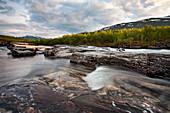 Fluß Abiskoåkka, Abisko Nationalpark, Lappland, Nordschweden, Schweden