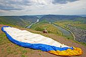 Drachenflieger an Moselschleife bei Bremm, Weinanbaugebiet, Rheinland-Pfalz, Deutschland, Europa