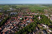 Luftaufnahme der Innenstadt mit Schloss und Schlosspark, Jever, Niedersachsen, Deutschland