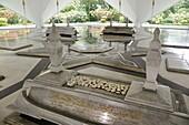 Kuala Lumpur (Malaysia): graves the National Mosque