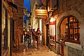 Menschen in einer Gasse der Altstadt am Abend, Budva, Montenegro, Europa