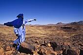 homme touareg dans l'immensite rocailleuse de l'Aïr, Niger, Afrique de l'Ouest//Tuareg in rocky vastness of Aïr, Niger, Western Africa