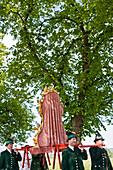 Männer tragen Marienstatue auf den Schultern, Fronleichnamsprozession, Benediktbeuern, Alpenvorland, Oberbayern, Bayern, Deutschland