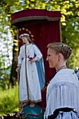 Eine Frau mittleren Alters in Tracht vor der Marienfigur, Fronleichnamsprozession, Benediktbeuern, Alpenvorland, Oberbayern, Bayern, Deutschland