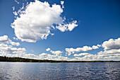Blauer Himmel mit weißen Wolken über dem Boasjön See, Smaland, Süd Schweden, Skandinavien, Europa