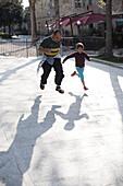 Vater und Tochter (10 Jahre) laufen um die Wette, Toskana, Italien