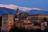 Alhambra mit Sierra Nevada, Provinz Granada, Andalusien, Spanien, Mediterrane Länder