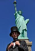 Abraham Lincoln vor der Freiheitsstatue, Manhattan, New York City, New York, USA, Nordamerika, Amerika