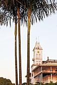 Exterior view of the House of Wonders beneath palm trees, Stonetown, Zanzibar City, Zanzibar, Tanzania, Africa