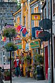 Tourist vor einem Pub in Dufftown, Aberdeenshire, Schottland
