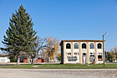Verlassenes Bankgebäude in einer kleinen Stadt,  schrumpfende Städte, mittlerer Westen, Maxbass, Minot, North Dakota, Vereinigte Staaten von Amerika, USA
