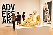 Skulpur, Michael Jackson mit Affe, Shimpanse, Gold, Besucher, künstlerische Arbeiten, moderne Kunst, Avantgarde, San Francisco Museum of Modern Art, San Francisco, Kalifornien, Vereinigte Staaten von Amerika, USA