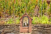 Häuschen mit Mutter Gottes am Weinberg in Mayschoß, Ahrtal, Ahr, Eifel, Rheinland-Pfalz, Deutschland, Europa