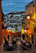 Straßenlokal in einer Gasse, Castelo de Sao Jorge im Hintergrund, Lissabon, Portugal