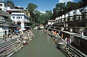 Népal, Bagmati, Pashupatinath, Temples and devotees on the Bagmati river banks in Pashupatinath holy city