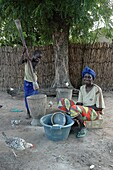 Sénégal, Kaolack, Ndiobene Talleine, Mother and daughter doing domestic chores in a Senegal village