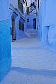 Gasse mit blau bemalte Häusern in Chefchaouen, Riff Gebirge, Marokko, Afrika