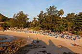 Blick auf den Nai Harn Strand im Licht der Abendsonne, Phuket, Thailand, Asien