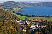 Luftbild von Benediktinerabtei am Laacher See, Maria Laach, Eifel, Rheinland Pfalz, Deutschland, Europa