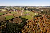 Luftaufnahme von Windrädern im Windpark Ormont, Eifel, Rheinland Pfalz, Deutschland, Europa