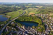 Luftbild des Ulmener Maars mit Autobahn A 48, Ulmen, Landkreis Daun, Eifel, Rheinland Pfalz, Deutschland, Europa